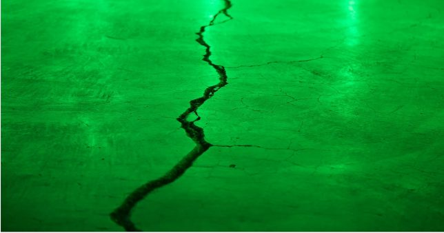Picture of a widening crack representing the return difference between Nifty 50, 100 and their respective equal-weight indices