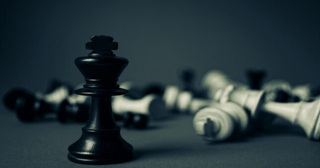 image of fall chess pieces except the queen signifying the triumph of Nifty Next 50 index over midcap mutual funds
